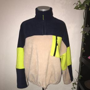 Udsolgt Fleece fra Monki i beige, mørkeblå og neongrøn. Superfed og med half zip. Kan strammes ind forneden. Størrelsen er en stor small, så kan også passes af en medium. Ved køb af flere ting kan der opnås mængderabat😁