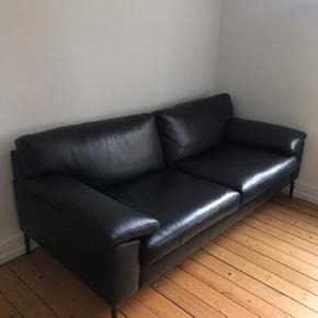 2½ pers. Sofa, dungranulat, koldskum med dungranulat. Savoy 0960 Platin Black læder og ben i sort træ. L 196 x H 80 x B/D 86 cm.  Nypris : 15.499,00,-   Sofaen er købt i Ilva for omkring et år siden og har ingen tegn på slid.