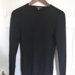 SAKS FIFTH AVENUE, købt i New York sidste år, virkelig fin 100% Cashmere. Måler 40 cm i bredden, 66 cm i længden, armlængden er 67 cm.