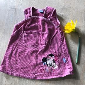 Sød, lyserød kjole med Minnie. Selvom den ikke er brugt mere end et par gange, ser den brugt ud i velourstoffet. Fra røgfrit- og dyrefrit hjem, og vasket uden brug af parfume.