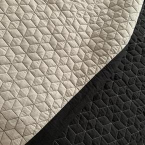 Sengetæppe. Sort på den ene side og lys grå den anden ☺️ Brugt meget få gange.  260x230cm