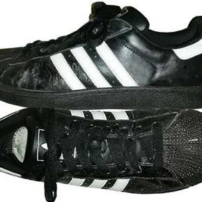 Gode sneakers fra Adidas i str UK 10, US 10½  (FODLÆNGDE 28CM) brugt men i fin stand.