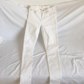 Fede hvide Acne jeans.  Model:  Str.:  Køber betaler fragt.  Tager mp. Bor på Vesterbro.