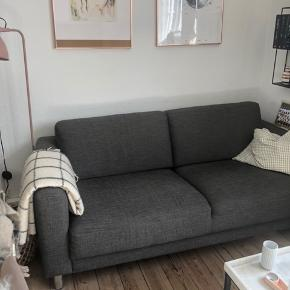 Sofa fra Ilva sælges. Denne er en 2 personers og er mest blevet brugt når vi havde gæster. Sofaen fremstår derfor flot og velholdt. Den har en lille skade/hul på størrelse med en 1/2 krone ca, nederst i stoffet, fra en flytning. Det ses ikke tydeligt, og har ingen betydning for komforten, eller konstruktionen.   Prisen er derfor sat derefter.