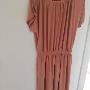Rigtig sød og enkel kjole som nemt kan styles op og ned.