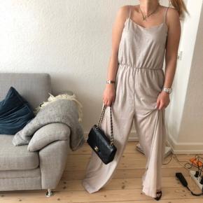H&M skøn buksedragt i metallic nude farve   størrelse: S  pris: 150 kr    fragt: 37 kr   Den er brugt 1 gang til barnedåb