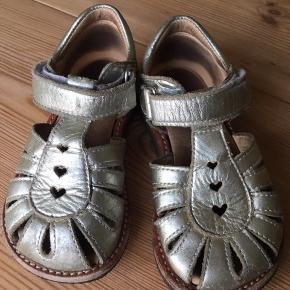 Skønne sandaler til sommer eller ferie. Stadig i fin stand - brugt én sommer.   Fra røg- og dyrefrit hjem. Jeg sender gerne (køber betaler fragt) ellers kan de afhentes på Amager.