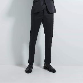 Super lækre Zara bukser  De har aldrig været brugt, da jeg ikke kan passe dem  Model: RN77302 Cropped Slim fit Suit Pants  Ny pris 500 kr