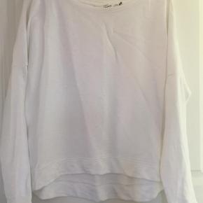 Varetype: Sweatshirt Farve: Råhvid  100% bomuld Slids i siden lidt længere bagpå Lidt oversize model Vasket en gang men aldrig brugt