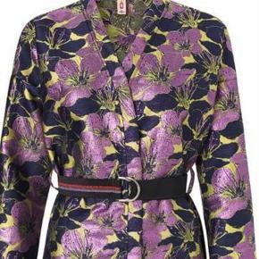 Varetype: kimono Størrelse: M/L Farve: se foto Oprindelig købspris: 800 kr. Prisen angivet er inklusiv forsendelse.  Super smuk jakke/kimono Den lukkes kun med bælte, der er altså ikke knapper i.