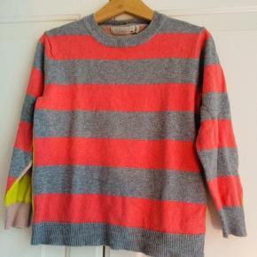 Fineste Stella sweater/strik i en øko bomuld med farvestrålende striber. Str heder 4 år, lidt til den lille side. Supersmuk til pige eller dreng. (TS kan ikke vælge unisex, desværre). Nypris 799kr