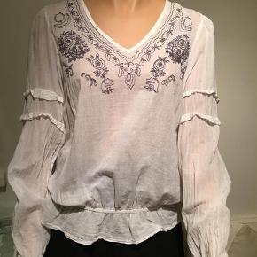 Brand: Bon A Parte Varetype: Bluse Farve: Hvid  100 % bomuld  Længde 61 cm  Bryst 56 x 2 cm