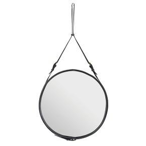 Avantgarde læder-spejl designet i 1950.   Jacques Adnet var møbeldesigner, kendt for den eklektiske, kunstneriske Art Deco stil og fransk modernisme.  Adnet spejlet er indbegrebet af luksus! Lækkert, italiensk læder danner ramme og ophæng - sat sammen med flotte messingspænder.  Materiale: Italiensk læder  Størrelse:  Ø45 x H90 cm