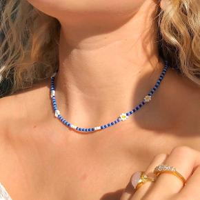 PHIA håndlavede smykker✨ Blåstribet halskæde med daisy