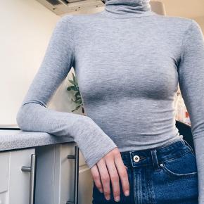 tøjet kommer fra røgfrit hjem 🧸  Returnerer eller bytter ikke 💌  Få mængde rabat 🔥  Rullekrave  Top Langærmet tshirt