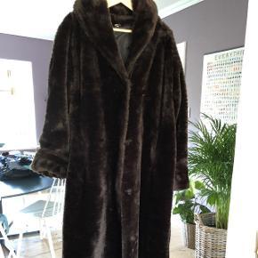 Super lækker lang frakke i fake fur, str onesize. Den vil nok bedst passer en M/L/ XL.