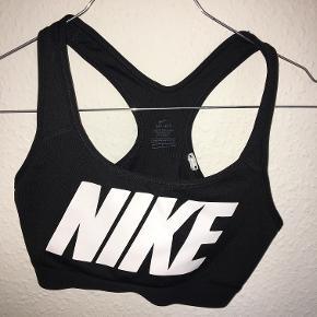 Nypris: 300  Denne sports-bh er aldrig blevet brugt, kun vasket én gang. Sports-bh'en er fra Nike, str. S. Det er medium støtte.
