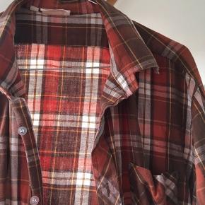 Vintage skovmandsagtig skjorte i 100 % bomuld og jordfarver.