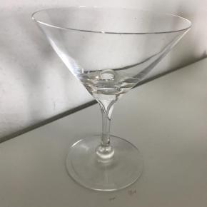 Brug cocktailglasset fra Michael Bangs Fontaineserie til alt fra urbane cosmopolitans, retro reje-cocktails eller en kugle forfriskende sorbet med et blad mynte mellem retterne. Glasset er lige som resten af serien skabt med glasboblen i midten af glasset, der demonstrerer glaspusterens unikke talent. Den mundblæste serie er komplet og indeholder desuden glas til forskellige vine, champagne, vand, sjusser og cognac. Gode gaveideer – ikke mindst til dig selv.    Saml til bunke, jeg giver mængderabat  Glas Farve: Transparant Oprindelig købspris: 240 kr.