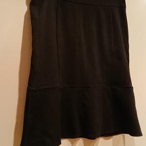 Sort Carmakoma nederdel i str storpige S, svarende til 42/44. Længde 64 cm- Livvidde: 2x45cm.  #30dayssellout