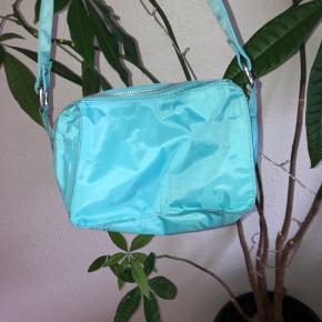 Sælger min nunoo taske da jeg ikke får den brugt den er købt i juni. Måske brugt tre gange. Modellen hedder ellie sport Aqua. Den sælges ikke længere på deres hjemmeside  Np var 749,-