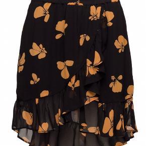 Sælger min Ganni nederdel i str 40. Den er super fin især til sommer Np - 800 kr. Mp - 500 kr. Nederdelen er brugt 1-2 gange, så den er næsten som ny