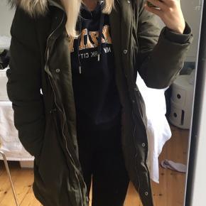 Super fin vinterjakke/frakke fra h&m, brugt max. 10 gange. Nypris var 600kr, den er på tilbud lige nu til 500kr. Pelsen kan tages af. :-) Kommer fra røgfrit hjem.