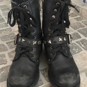 """Overvejer at sælge mine fede ASH støvler, da jeg ikke får dem brugt...De er ikke brugt meget...De er er købt med det """"slid"""" på snuden og det er også det der gør dem ekstra fede....  NYPRISEN ER 3000 kr   BYTTER IKKE....  BYD....."""