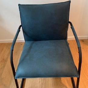 Canett Lucan loungestol . Petroleumsblå ; Enkel og stilren. God til både den enkle nordiske indretningsstil  og den mere rå New York loft-stil.  Betrækket er petroleumsblåt microfiber , ben og armlæn sort stål . På armlænet er der der hvor armene skal hvile samme stof som sæde og ryg  Bredde 70 cm ; højde 84 cm ; længde 74 cm  Stolen står som ny ; har aldrig været brugt Nypris 2300kr