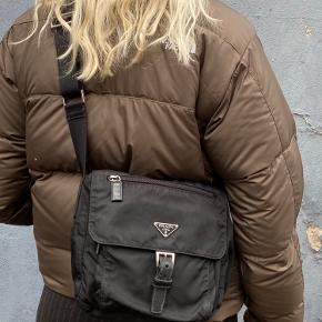 Lækker Prada crossbody taske Har lidt brugstegn, som ses på billederne Tasken har været gået op indeni, men er dog blevet syet sammen igen
