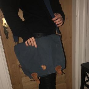 Den har ingen slidtage, men trænger dog til en lille vask og kærlig hånd :-) Klassisk övik messenger Fjällräven taske i blå. Nypris 799,-   Bud under 250,- ignoreres. Kan afhentes i Bramming, kan sagtens sendes med dao for 38,-  Bytter ikke.   #blackfriday