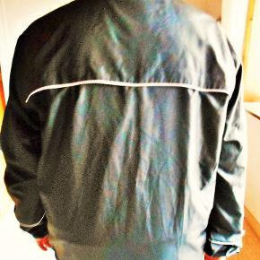 Ny Master sort sport jakke  Sved absorberende 3 lynlåslukkede lommer  Refleksbånd ved lynlås, skulder bagstykke og ærmer Snørre nederst på jakken og på krave Overvidde 128 cm. Længde 80 cm. Nypris 499,00 kr. Jakken er flot sort, billedfarven er desværre ikke god Porto som forsikret pakke 37,00 kr. , fremme på 2-4 dage TS pay eller mobil pay .