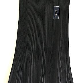 Sort plisseret Polo Ralph Lauren nederdel i 100% polyester, prøvet men aldrig brugt, stadig med tags.