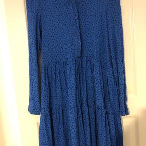 Fin blå kjole med sorte blomster. 🖤💙  Bud er velkomne! Der gives mængderabat 🥰   OBS - der er en meget lille plet, som ses på billede 3 😅