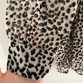 Tunika i leopardprint. Selvom der står str. 32 er den meget oversize og passes af en M/L.