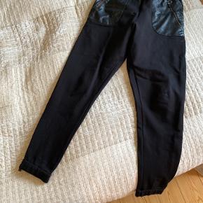 By Malene Birger bukser, dejlig lækker blød kvalitet.
