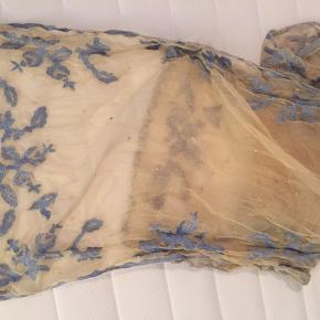 Flot tørklæde med broderet blomster i super fin stand