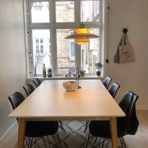 Bredt hvidt spisebord fra IDEmøbler med træben (170x60). Bordet er købt Juni 2018 og meget velholdt. Kan afhentes i Århus C. (Stole medfølger IKKE)