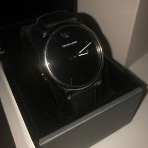 Hej, jeg sælger mit AR1692 Emporio Armani ur. Uret fejler intet da det næsten ikke er gået med. Alt originalt medfølger boks,kasse, kvittering osv. for at vide mere om uret venligts kontakt mig.