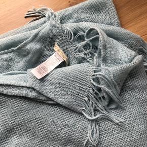 Tyndt halstørklæde fra pieces. Lækkert i stoffet. Perfekt til forår og kølige sommeraftener.