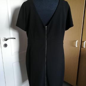 Flot sort kjole - bar ryg - med lynlås hele vejen ned i bag. Flot selskabskjole