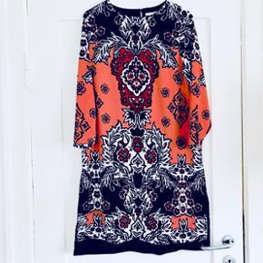 ✨ Smuk kjole i mønster fra H&M. Brugt få gange.   ✨ Str. 38