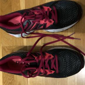 Helt nye Asics sko i str. 39 blev købt for store.