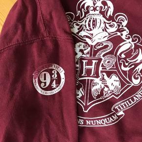 Harry Potter platform 9 3/4 sweatshirt.  Fra ikke rygerhjem. Har en del fandom T-shirts til salg.  #30dayssellout