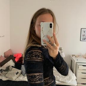 En sød blonde bluse. Den er lidt kort, og man kan derfor se lidt af maven❣️