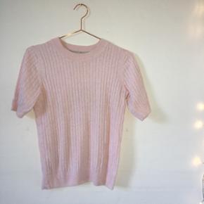 """Rigtig fin bluse/t shirt fra Gina Tricot i en blød""""strikket"""" kvalitet. Sælges da jeg ikke længere får den brugt, og den er kun brugt ca. 3 gange. Nypris var ca. 150kr - Byd gerne!💗"""