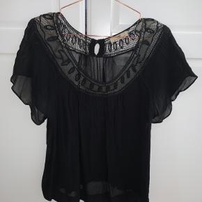 Meget fin mesh bluse fra day, god til festlige lejligheder  - ellers kan man tage en top under. Blusen er brugt, ses også på billedet, men ses ikke når blusen er på   Passes af både xs-s