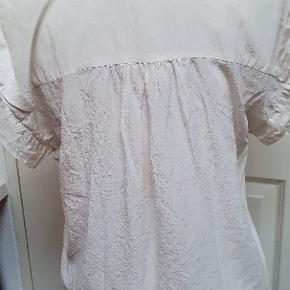 Fin bluse. Mærket er klippet af,men jeg er ret sikker på, at materialet er silke.