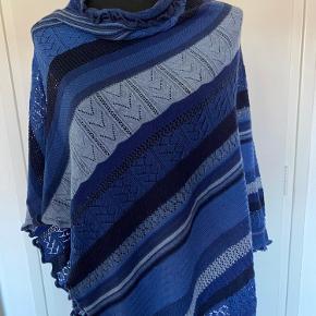 Den fedeste poncho med tilhørende tørklæde i 100% ren merino uld.  Prisen er for begge dele.