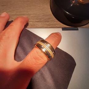 Meget smuk Bering Ring i guld incl fire tynde inderringe - en guld og sølv sandblæst og en guld og sølv m sten. Desværre er ringen købt for stor, og kunne ikke byttes da det var en bestillingsvare. ( str 60 ) Ringen er brugt Max 4-5 gange. Købs pris kr 1200 - kvittering vedlagt.